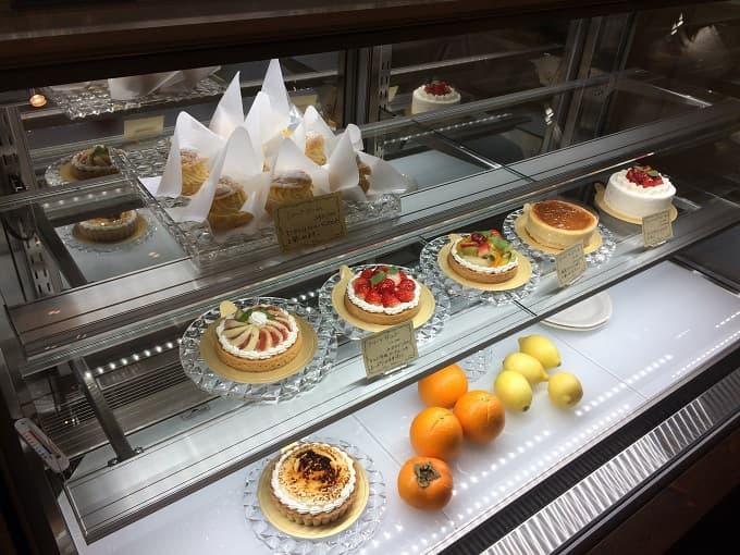 パティスリー&カフェ イチブルのホールケーキのショーケース