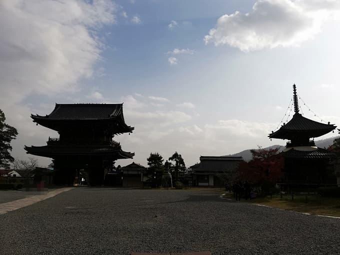 清凉寺の境内