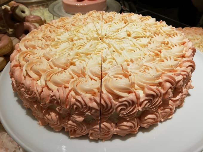 ピンクフラワードレスケーキ(チェリーとキャラメルアーモンドバタークリームケーキ)