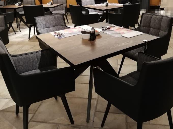 中央のテーブル席の様子