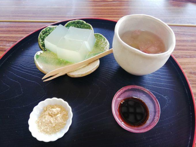 如意輪寺のお茶処(花見座敷)の葛餅