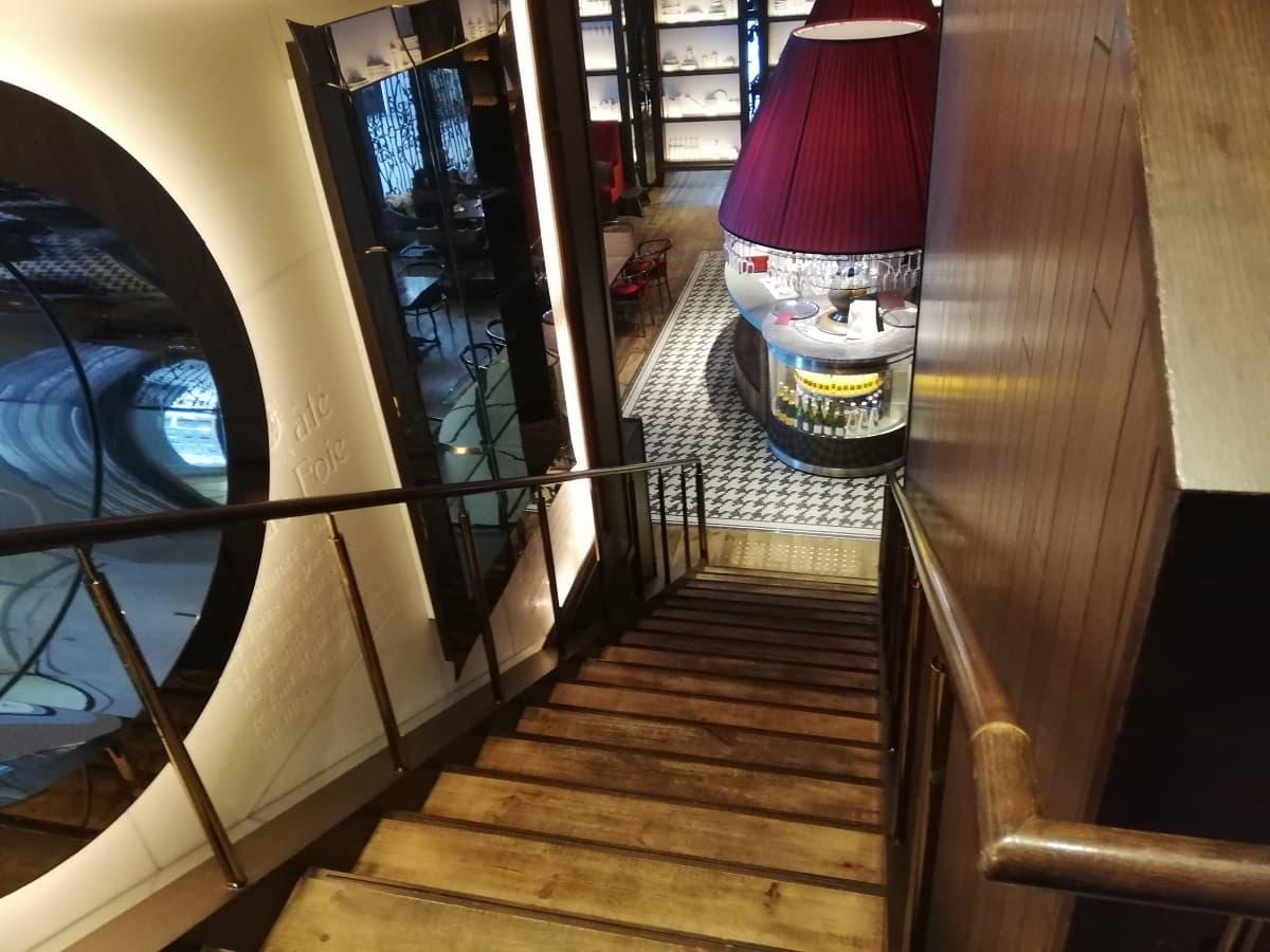 レストラン ルドールの2階へ続く階段