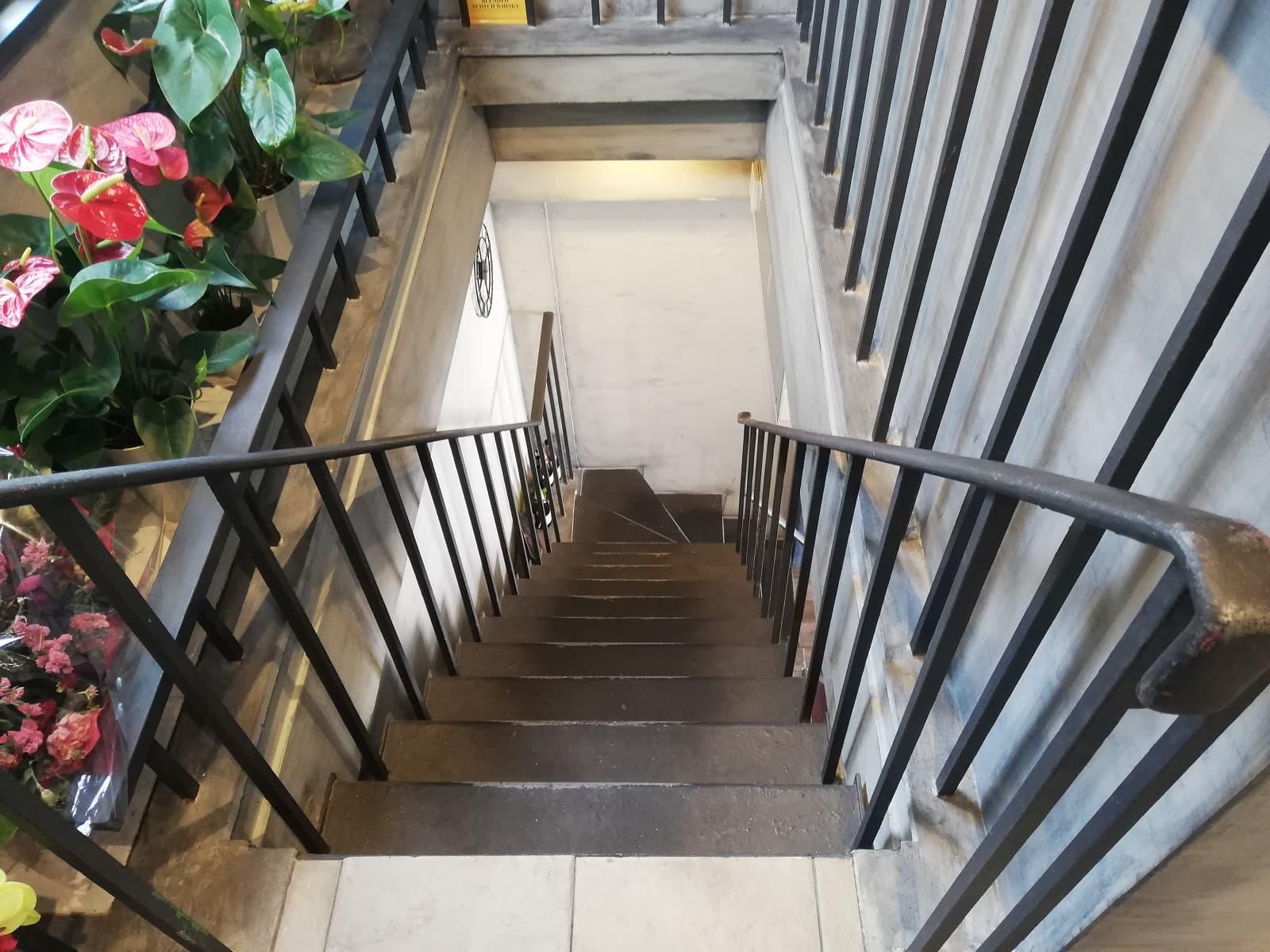 洋食Revo靱公園店の階段