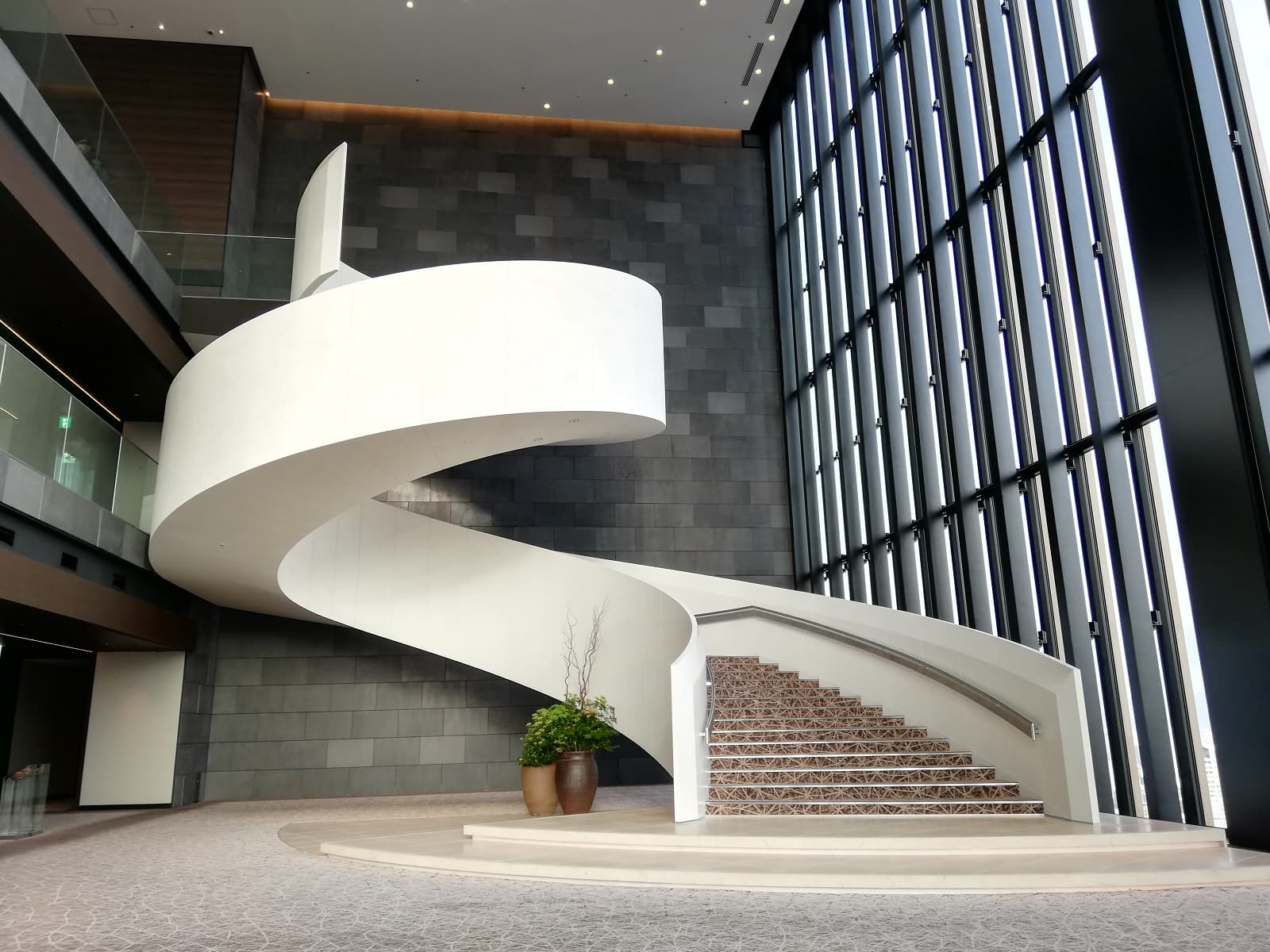 コンラッド大阪のらせん階段
