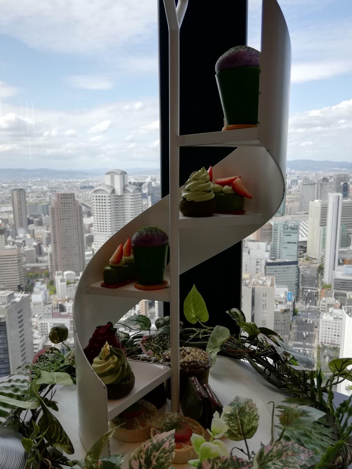 素晴らしい眺望で行われるコンラッド大阪の抹茶といちごのアフタヌーンティー