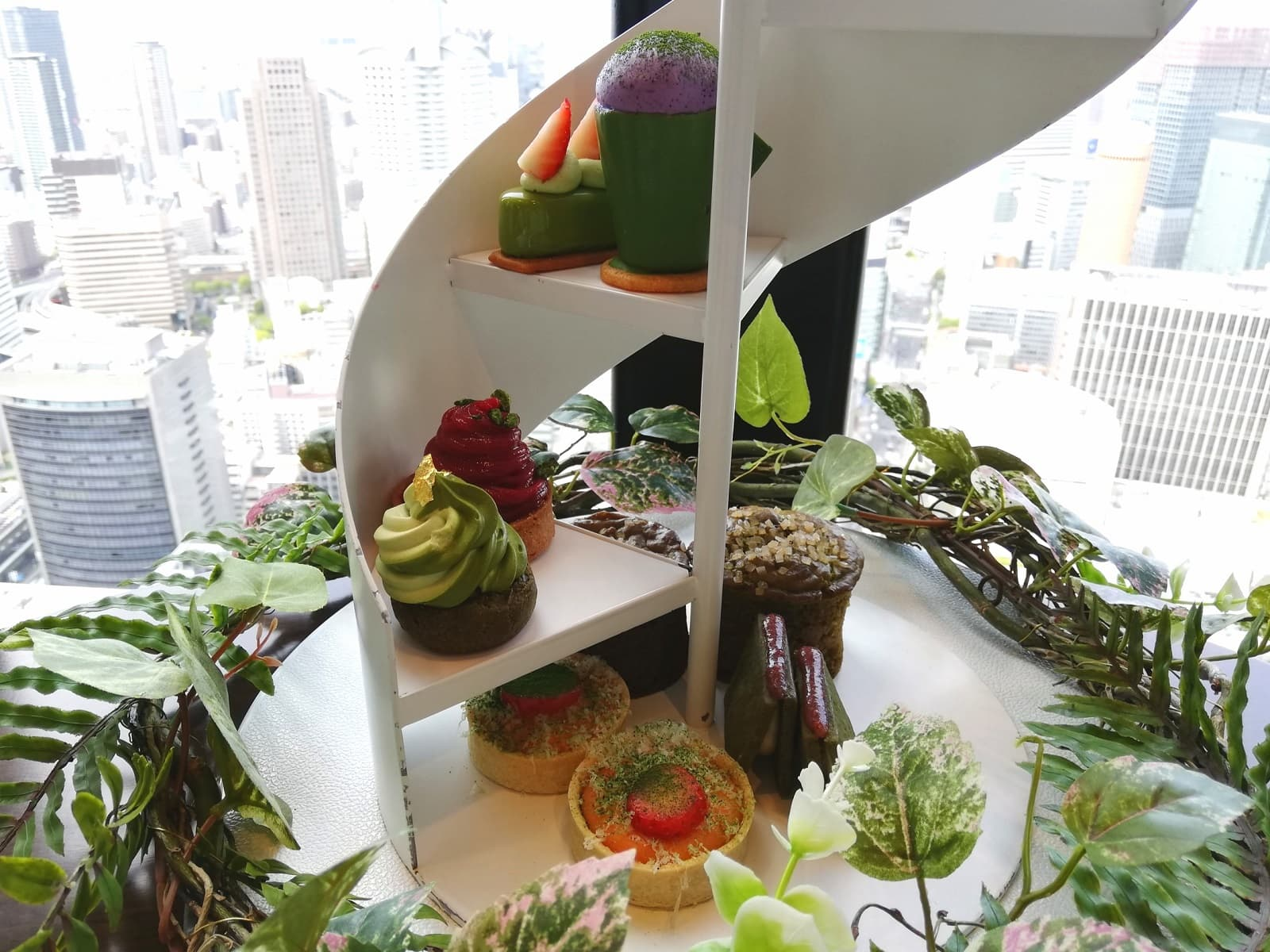 コンラッド大阪のアフタヌーンティーはスパイラルティースタンドで提供