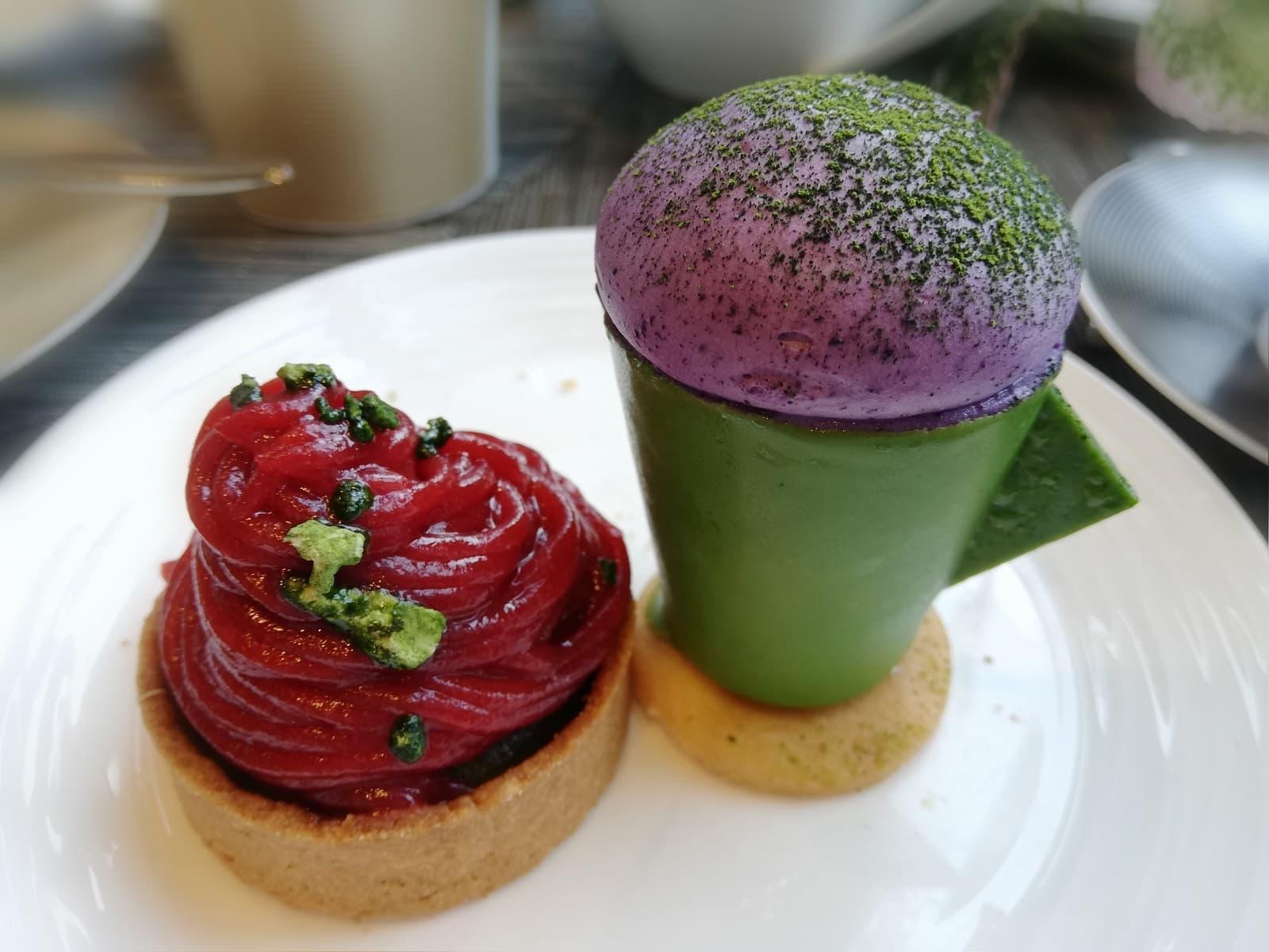 (左)ストロベリーと抹茶モンブラン(右)抹茶ラテカップ