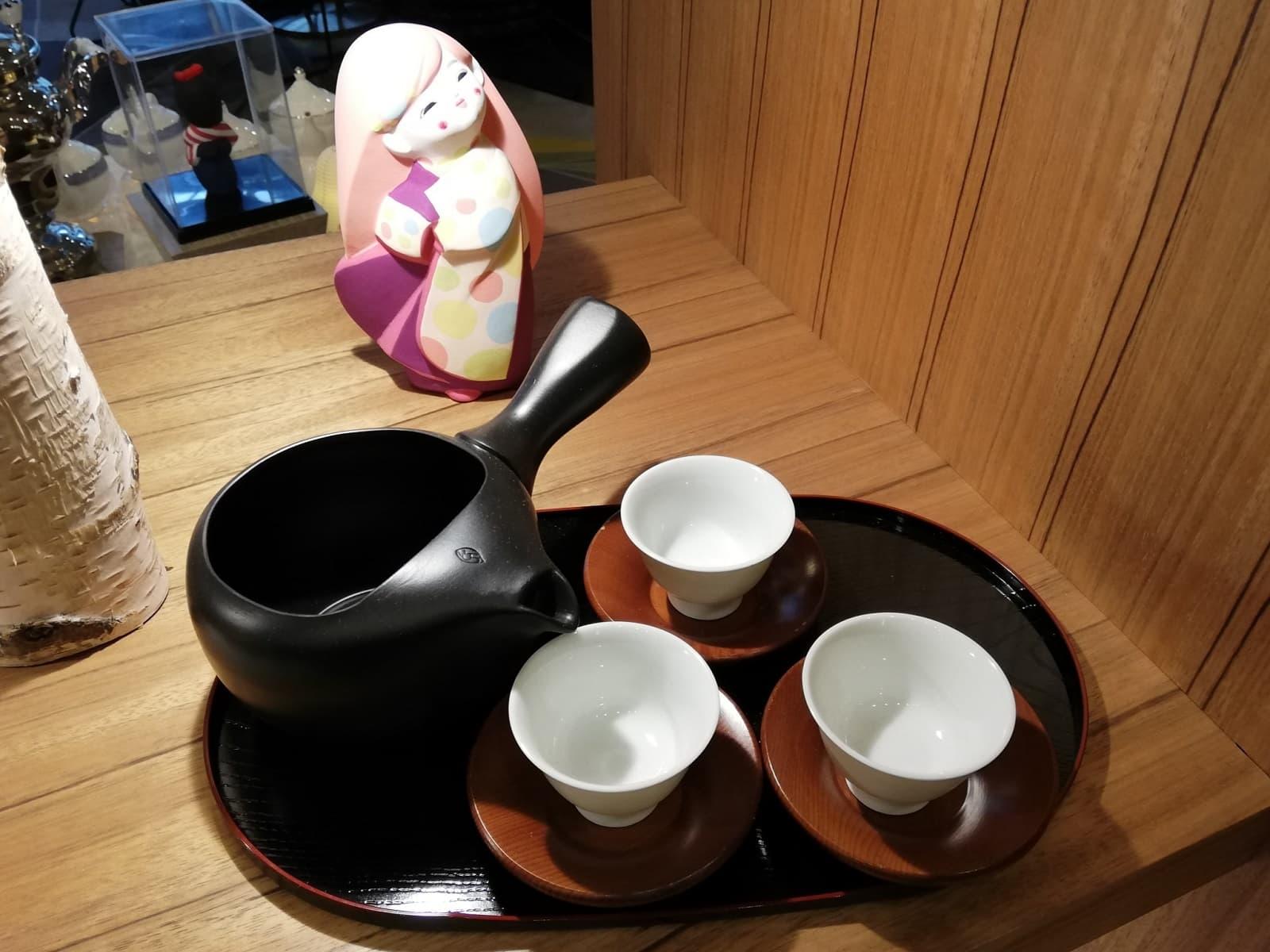 スイスホテル南海大阪「福岡・八女茶アフタヌーンティー」の博多人形と茶器の装飾