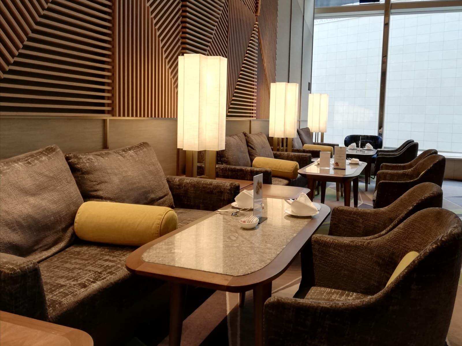 スイスホテル南海大阪の福岡・八女茶アフタヌーンティー実施レストラン「ザ・ラウンジ」の店内