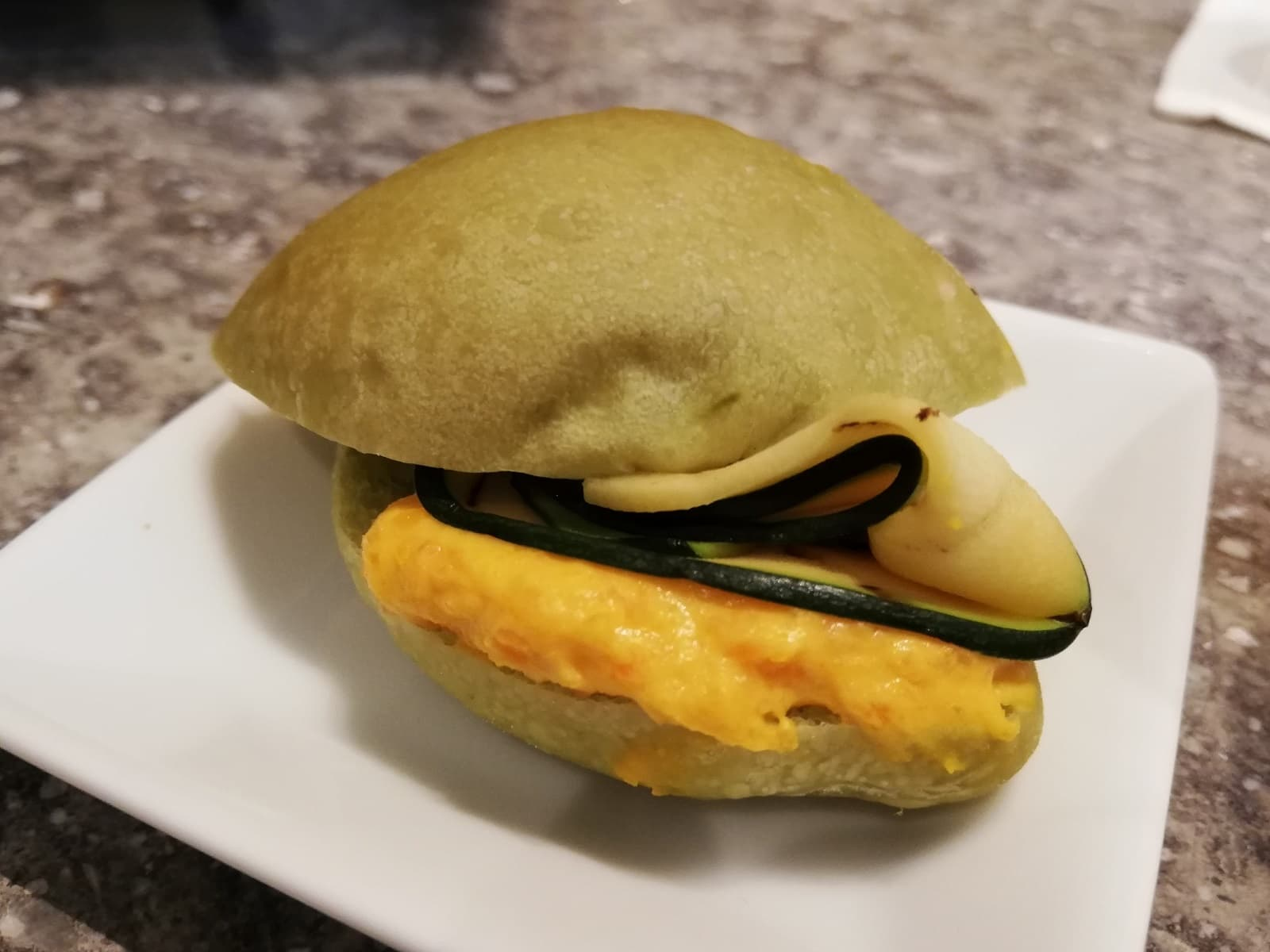 ズッキーニのグリルとキャロットチーズの八女茶パンのサンドウィッチ