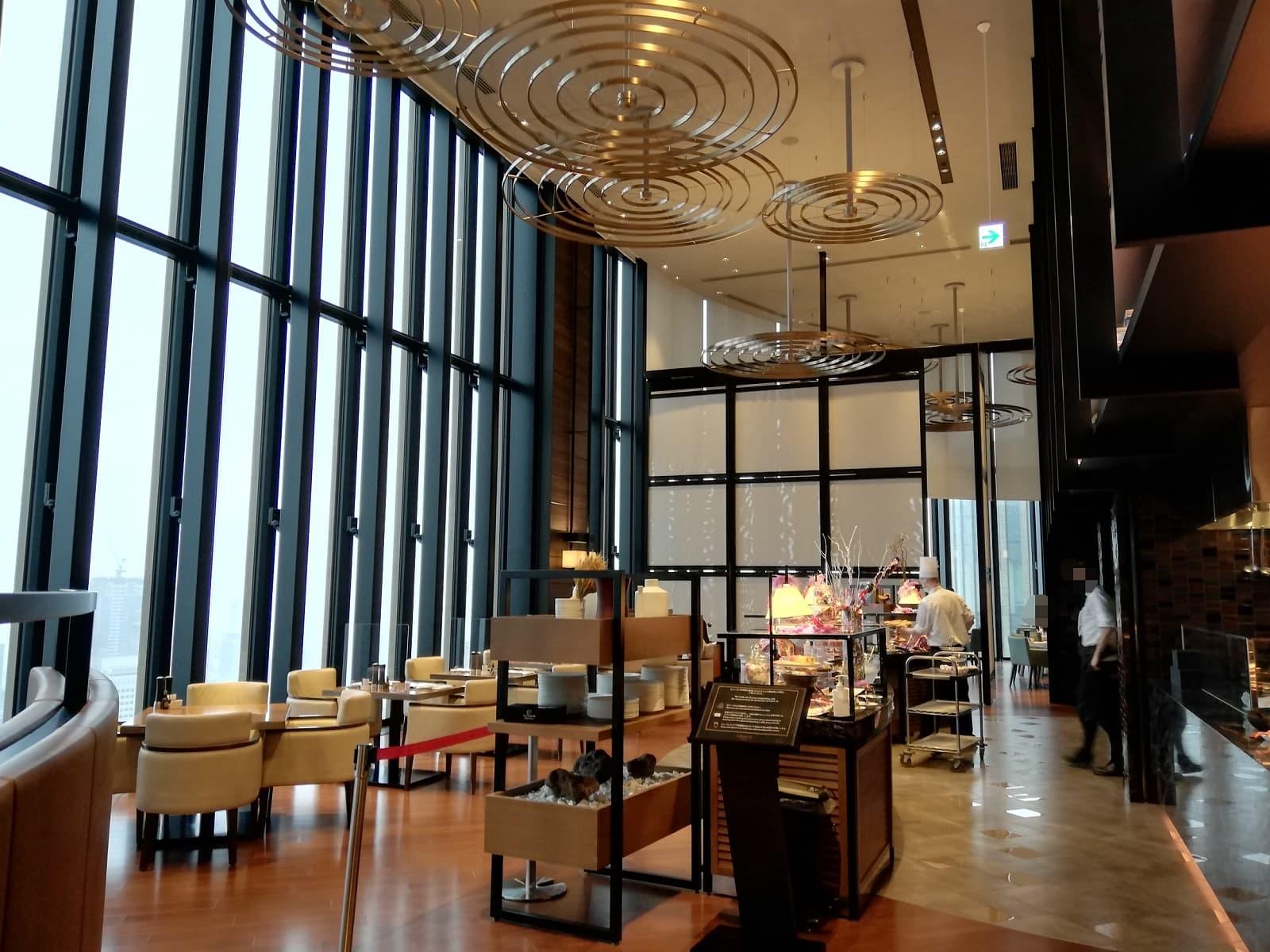 コンラッド大阪のピーチスイーツビュッフェが行われるレストランの雰囲気