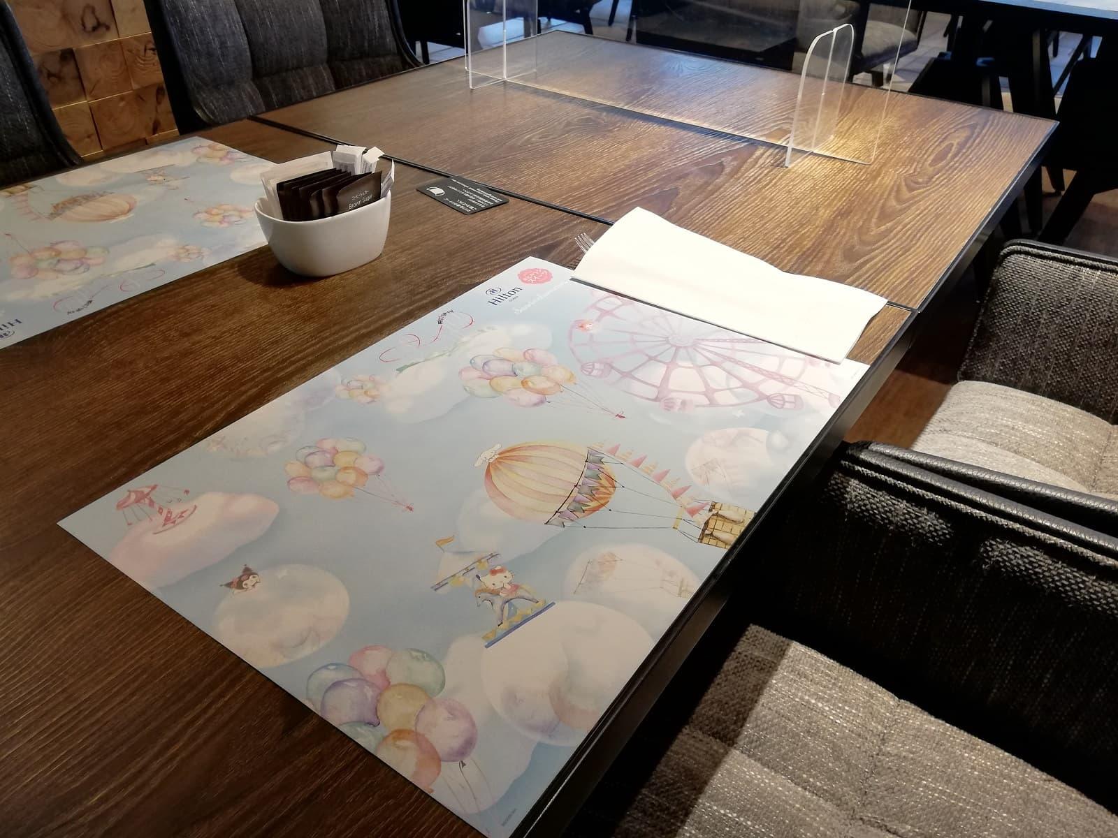 サンリオキャラクターのランチョンマットが敷かれたテーブル